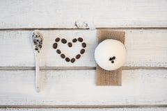 Aromatyczny zdroju kawowy ustawiający z morze solą Pojęcie kocham skąpanie bombę fotografia royalty free