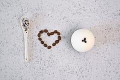 Aromatyczny zdroju kawowy ustawiający z morze solą Pojęcie kocham skąpanie bombę zdjęcie stock