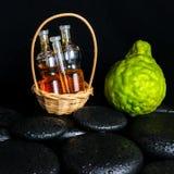 Aromatyczny zdroju pojęcie butelka istotny olej w koszu, Bergamo obraz stock