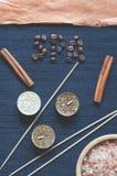 Aromatyczny zdroju skład na zmroku - błękitny tło zdjęcia stock