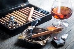 Arome d'émettre de la vapeur de cognac et de cigare Photo stock