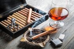 Arome d'émettre de la vapeur de cognac et de cigare Images libres de droits