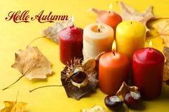 Arome des bougies et des feuilles d'automne Images stock