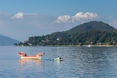 ARONA, ITALIË EUROPA - 17 SEPTEMBER: Het roeien van boot die een tradi trekken royalty-vrije stock foto's