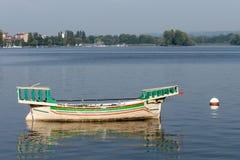 ARONA, ITALIE L'EUROPE - 17 SEPTEMBRE : Bateau traditionnel sur le lac mA images stock