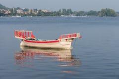 ARONA ITALY/EUROPA, WRZESIEŃ 17, -: Tradycyjna łódź na jeziorze Ma obrazy stock