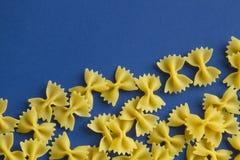 Aroni MaÑ  ή μορφή τόξων ζυμαρικών στο μπλε υπόβαθρο Στοκ εικόνες με δικαίωμα ελεύθερης χρήσης