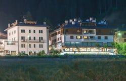 Aronzo τη νύχτα, Ιταλία Πόλης κέντρο στην καρδιά των δολομιτών Στοκ Εικόνα