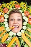 Милая белокурая девушка сняла в студии с aroound овощей голову Стоковое Изображение