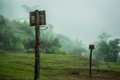 Aros de baloncesto en un pueblo aislado de la selva Fotos de archivo libres de regalías