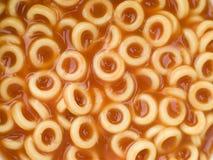 Aros del espagueti en salsa de tomate Foto de archivo libre de regalías