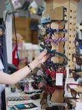 Aros para el pelo Mujer del primer que compra accesorios lindos del pelo en un fondo de la tienda Aros del pelo que cuelgan en un Imagen de archivo libre de regalías