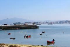 Arousa在海滩普腊亚的海岛小船Sapeira,赞成蓬特韦德拉 免版税图库摄影