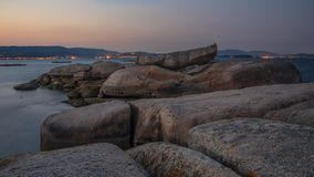 Arousa海岛的岩石在加利西亚,西班牙 免版税库存图片