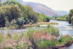 ARPA est une rivière de montagne Une vue pittoresque des montagnes et des usines le long de la rivière Image stock