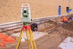 Arpenteurs de terre travaillant le chantier de construction Photos stock