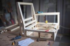 ? arpentry, träverk- och utrustningbegrepp - arbetshjälpmedel och arbetsbänk på seminariet Royaltyfri Fotografi