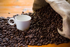 Arpillera y taza del café s Foto de archivo libre de regalías