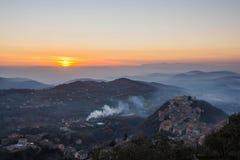 Arpino στο ηλιοβασίλεμα, όπως βλέπει από την ακρόπολη Civitavecchia Di Arpino, Ιταλία Στοκ εικόνες με δικαίωμα ελεύθερης χρήσης