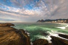 Arpoador海滩岩石和剧烈的天空在里约热内卢上 免版税图库摄影