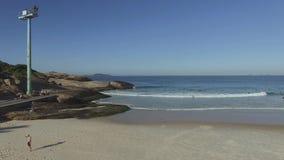 Arpoador berömda Rio de Janeiro Beach i den brasilianska sommaren, havsida av surfingbrädan arkivfilmer