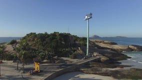 Arpoador berömda Rio de Janeiro Beach i den brasilianska sommaren, havsida av surfingbrädan stock video