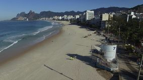 Arpoador berömda Rio de Janeiro Beach i den brasilianska sommaren, havsida av surfingbrädan lager videofilmer
