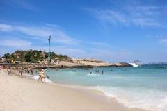 Arpoador strand i Rio de Janeiro på solig dag fotografering för bildbyråer
