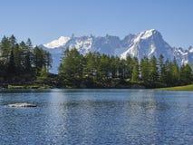 Arpy underbart ställe för sjö i italienska berg Arkivfoton