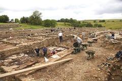 Arqueólogos en el trabajo en Vindolanda romano Imágenes de archivo libres de regalías