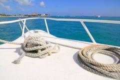 Arqueamiento blanco del barco en el mar del Caribe tropical imagen de archivo