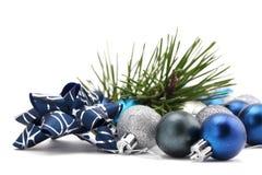 Arqueamiento con los ornamentos de la Navidad del azul y de la plata Fotos de archivo
