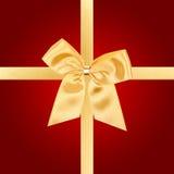 Arqueamiento de la Navidad del oro en tarjeta roja Fotografía de archivo libre de regalías