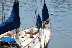 Arqueamiento de un barco de vela en el muelle Imagen de archivo libre de regalías