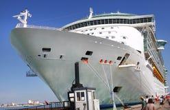 Arqueamiento del barco de cruceros Imagenes de archivo