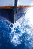 Arqueamiento del barco en agua Foto de archivo libre de regalías
