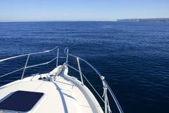 Arqueamiento del barco, vacaciones del yatch en el océano azul Imágenes de archivo libres de regalías
