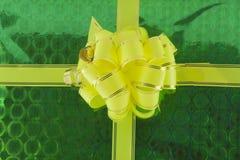 Arqueamiento en fondo verde Fotografía de archivo libre de regalías