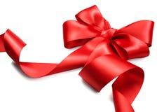 Arqueamiento rojo del regalo del satén Cinta roja aislada en blanco fotografía de archivo