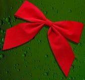 Arqueamiento rojo en fondo verde Imágenes de archivo libres de regalías