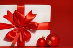 Arqueamiento rojo grande en el regalo Imagen de archivo libre de regalías