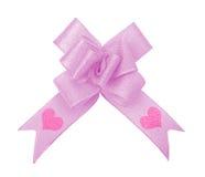 Arqueamiento rosado de la cinta con la tarjeta del día de San Valentín Foto de archivo