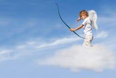 Arqueamiento y flecha de la despedida del Cupid Imagen de archivo