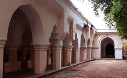 Arquee con los pilares del pasillo de la gente del palacio del maratha del thanjavur Imagenes de archivo