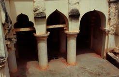Arquee con los pilares del sótano del palacio del maratha del thanjavur Fotos de archivo libres de regalías