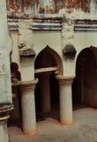 Arquee con los pilares del sótano del palacio del maratha del thanjavur Imágenes de archivo libres de regalías