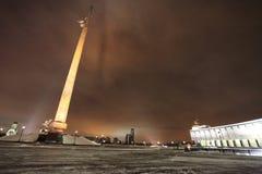 Arquee el obelisc de la victoria de la colina, Moscú por noche Imagenes de archivo