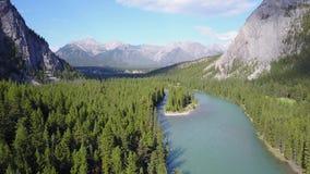 Arquee el río entre las montañas de las montañas rocosas en el parque nacional de Banff, Canadá metrajes