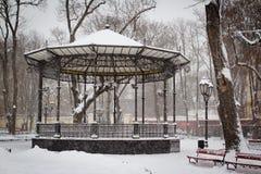 Arquee en un parque de la ciudad cubierto con nieve Imagenes de archivo