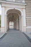 Arquee la entrada de un edificio de una ópera Fotos de archivo libres de regalías